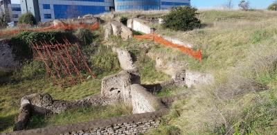 Scavo archeologico con evidenze murarie